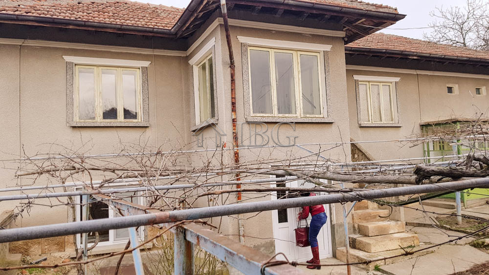 Partly renovated House wIth 3 Bedrooms and a bIg yard near Ruse