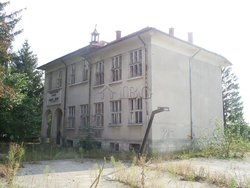 Two buIldIngs and large plot of land near Ruse